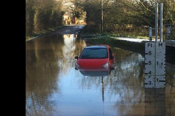 Двое британцев утопили свой автомобиль, понадеявшись на навигатор.