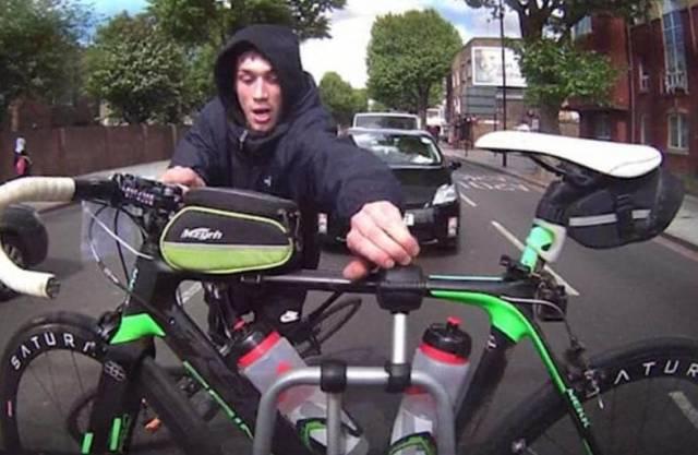 Жадный воришка чуть не лишился велосипеда при попытке кражи другого велобайка. (Видео)