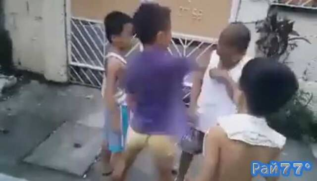 Тайские детишки играют в игру и лупят друг друга по голове