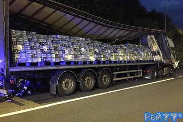 Банки с пивом разбросаны на британской магистрали