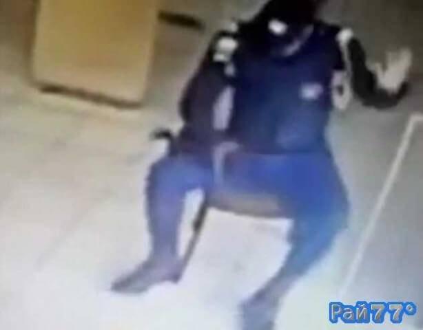 Бразильский полицейский прострелил себе ногу