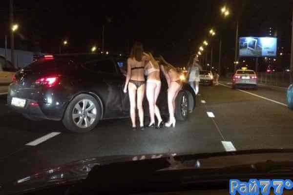 Голые девицы клянчили деньги на улице Нижнекамска