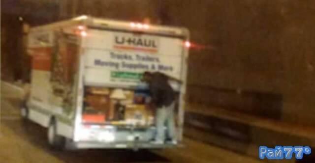 Воришка грабит фургон прямо на ходу
