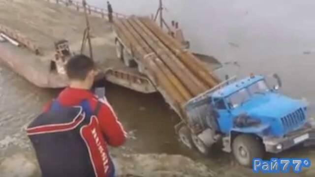 Урал с трубами на борту утонул во время заезда на баржу