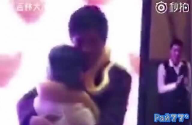 Китайские супруги повесили на шеи друг друга питонов