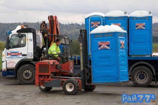 Кабинку туалета с посетительницей фестиваля в Британии загрузили на эвакуатор