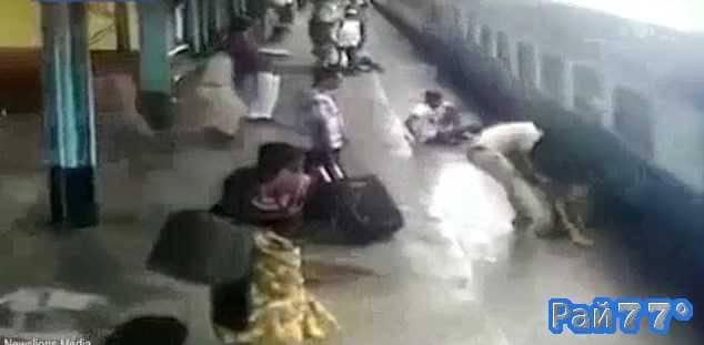 Полицейский помог подняться пассажиру оказавшемуся между платформой и поездом