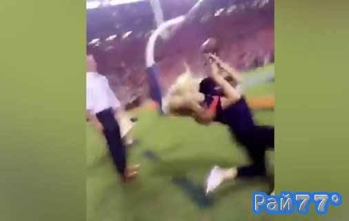 Блондинка получила мячом по лицу во время церемонии открытия матча по американскому футболу