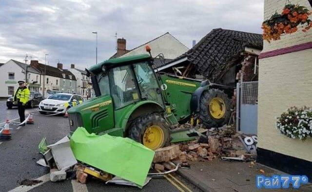 Воришки на тракторе из за банкомата разрушили магазин