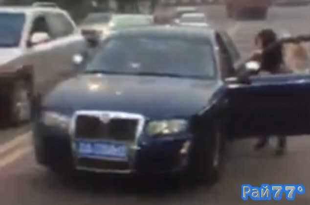 Китаянка чудом не угодила под колёса своего автомобиля