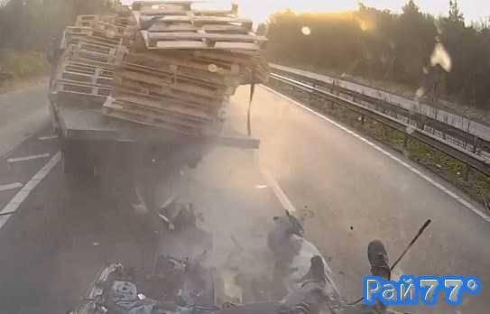 Литовский водитель грузовика протаранил легковушку в Британии
