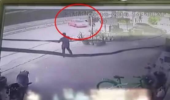 Момент пересечения неуправляемого автомобиля оживлённой магистрали в Тайланде попал на камеру видеонаблюдения
