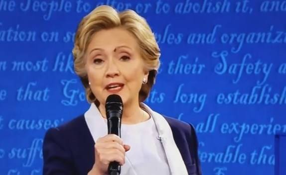 Хиллари Клинтон с мухой на лице