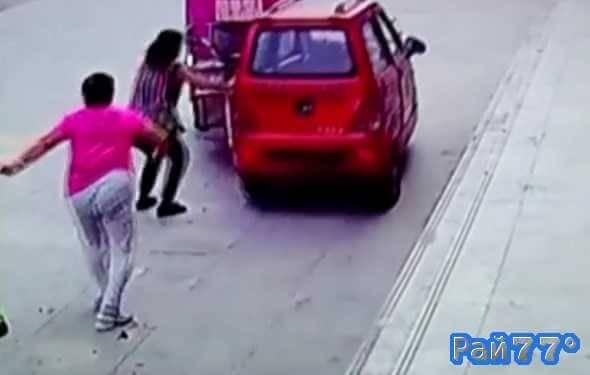 Трёхлетний ребёнок угнал электромобиль в Китае
