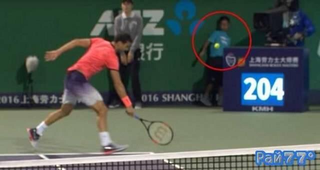 Во время теннисного турнира в Шанхае мяч попал прямо в живот мальчику подающему спортивные снаряды