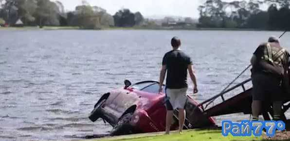 Супружеская чета во время совместных уроков по вождению утопила семейный автомобиль в озере