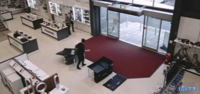 Мужчина разбил четыре телевизора в британском супермаркете