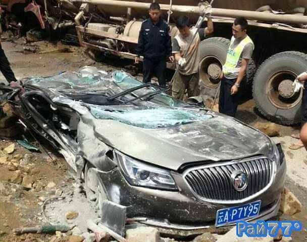 Легковой автомобиль не разъехался с бензовозом в Китае