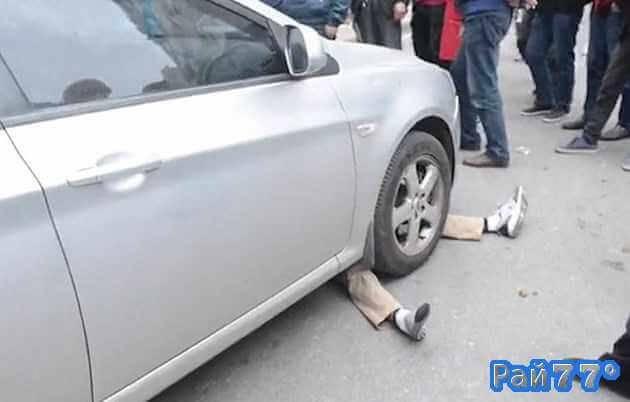 Китаец шантажирует автовладельца, забравшись под его автомобиль