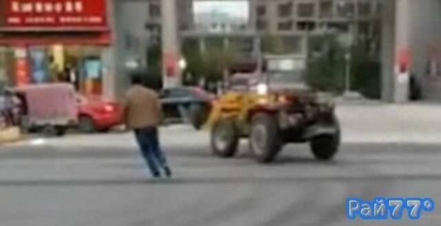 Экскаватор сбежал от водителя в Китае