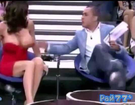 Ведущий испанского шоу случайно оголил грудь актрисе в прямом эфире
