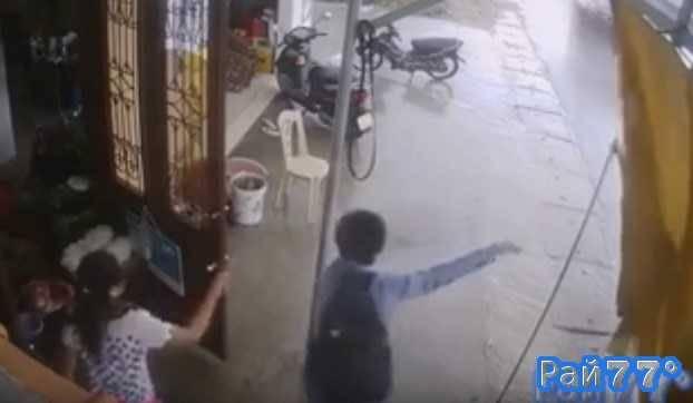 Водитель маршрутки, увидев клиента протаранил кафе во Вьетнаме