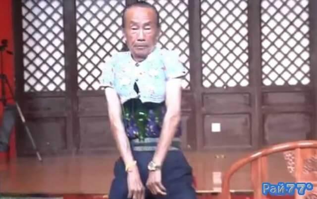 Китайский пенсионер, надев рубашку однолетнего внука, засунул три пустых бутылки под одежду