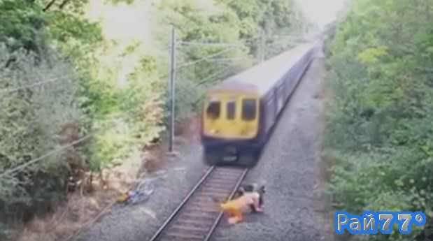 Пьяный велосипедист чуть не попал под поезд в Мексике