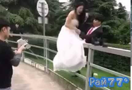 Китайская невеста во время свадебной фотосессии, упав с перил, больно ударилась копчиком