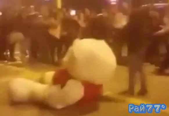Мужчина с плюшевым медведем собрал вокруг себя толпу зевак