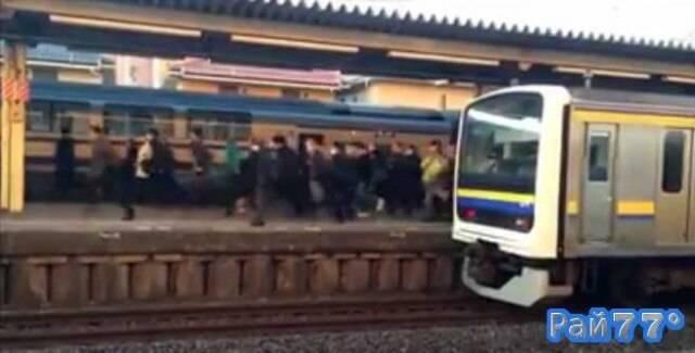 Пассажиры японской электрички занимаются бегом, чтобы пересесть на другой электропоезд