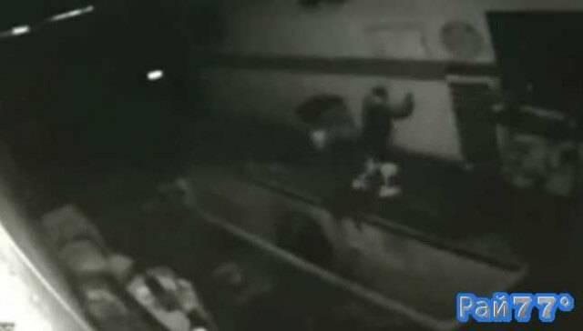 Бразилец во время ограбления гаража упал в яму с отработанным маслом