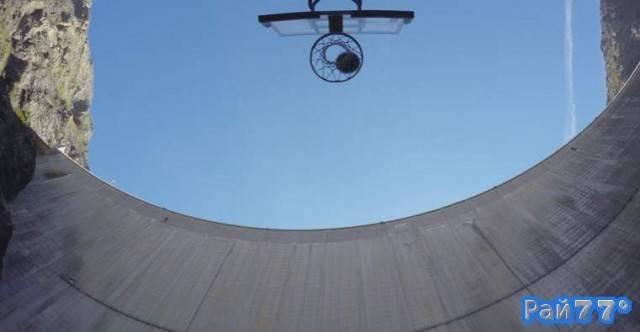 Баскетбольный мяч, пролетев 180 метров поразил корзину
