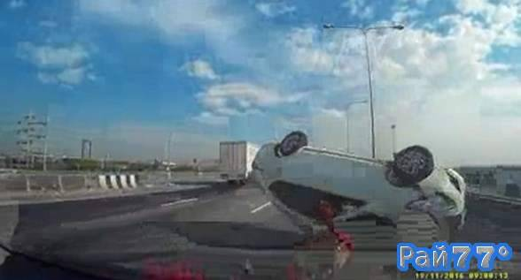 Индийский автолихач проехался на крыше автомобиля после неудачной попытки обгона