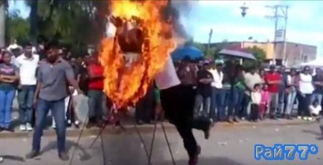 Уличный акробат получил ожоги после неудачного преодоления горящего обруча в Мексике