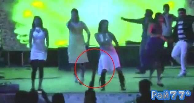Пьяный индиец застрелил из ружья беременную танцовщицу на индийской свадьбе. (Видео)
