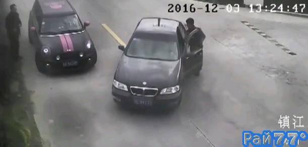 Китайский неудачник при попытке остановить «сбежавший» от него автомобиль, случайно утопил своё транспортное средство.