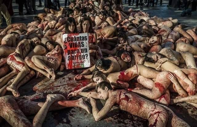 Голые борцы за права животных устроили акцию протеста в Барселоне
