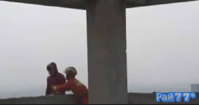 Драматический момент спасения китайского самоубийцы, попытавшегося сброситься с 30-ого этажа был записан на видеокамеру.