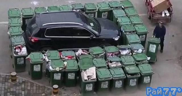 Китайский мусорщик обложил контейнерами несговорчивого автовладельца.