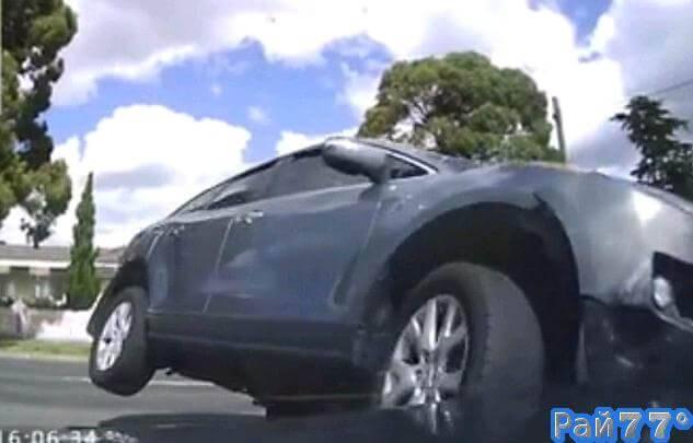 Австралиец, управляя своим автомобилем попал под колёса внедорожника, не вписавшегося в поворот. (Видео)