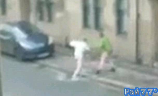 Эпическая драка между двумя пьяными шотландцами, потерявшими килты была снята случайным свидетелем происшествия.