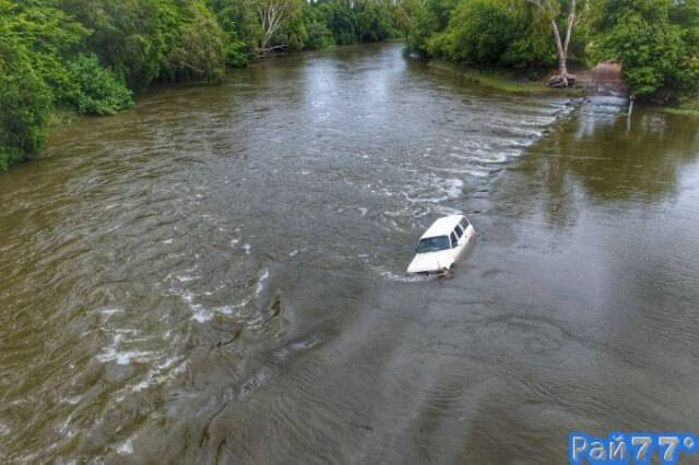 Семь человек несколько часов просидели на крыше автомобиля, севшего на мель в кишащем крокодилами заливе.