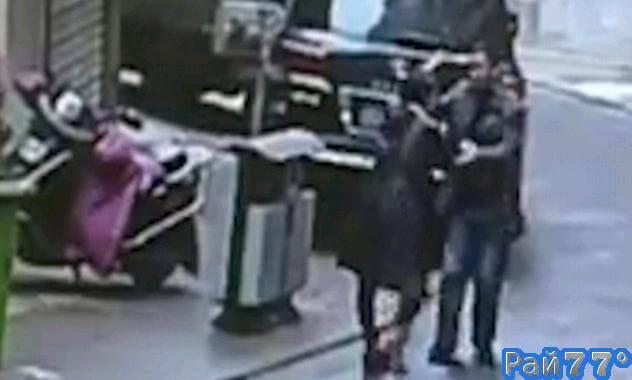 Храбрая китаянка полчаса преследовала ограбившего её мужчину и вернула похищенное. (Видео)