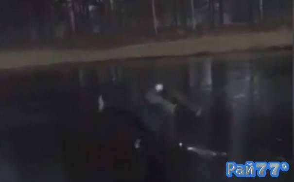 Гольфист перепутал время года и принял незапланированную, ледяную ванну. (Видео)