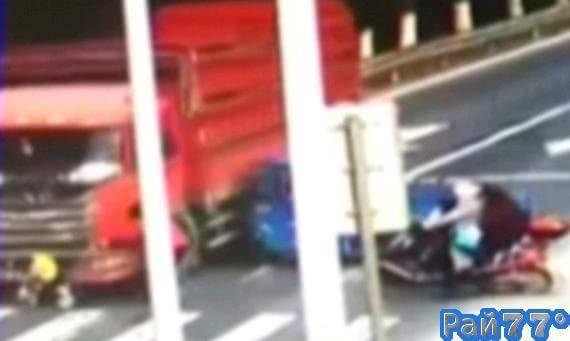 Водитель многотонного грузовика не увидел бабушку со внуком на китайской автотрассе. (Видео)