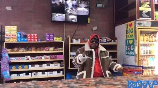 Вооружённый ножом налётчик потребовал от владельца магазина «прямого эфира» с места ограбления. (Видео)