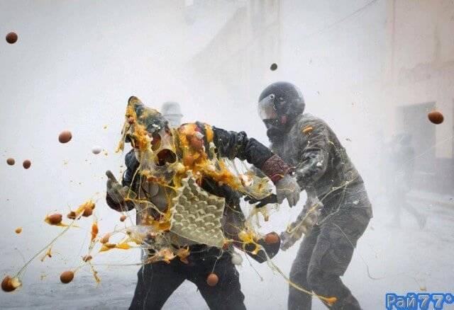Зрелищный, яично - мучной фестиваль Enfarinats прокатился по испанскому городу Иби. (Видео)