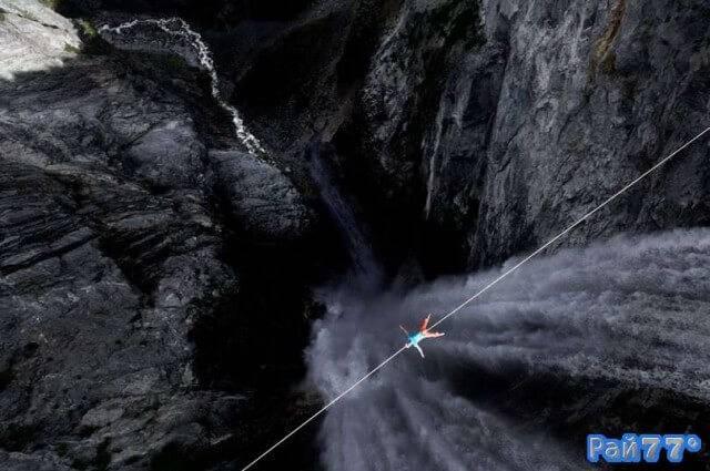 Немецкий слэклайнер полежал на тросу, на высоте 400 метров над водопадом Ханлен, в Канаде.
