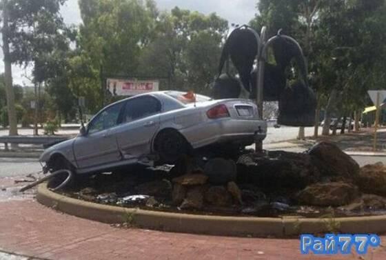 Пьяный австралийский автовладелец «припарковал» своё транспортное средство в фонтане.